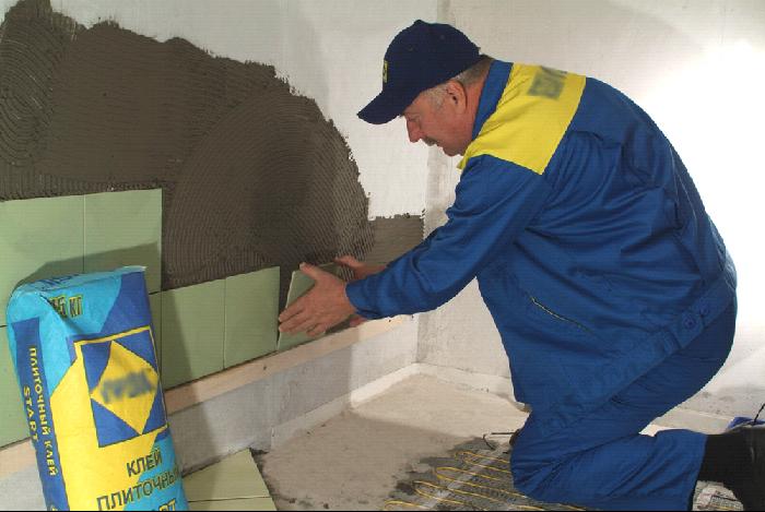 Процедура укладки плитки на стену
