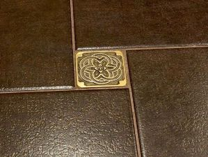 Плитка Вставки напольные металлические