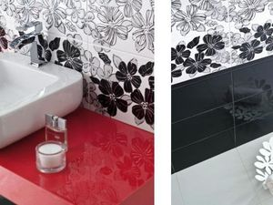 Красная ванная в цветочек — стильно и смело